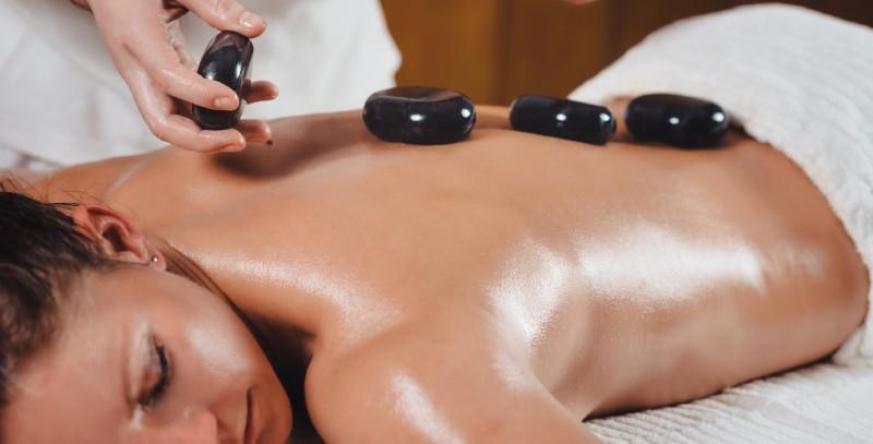 beneficiile masajului cu pietre fierbinti