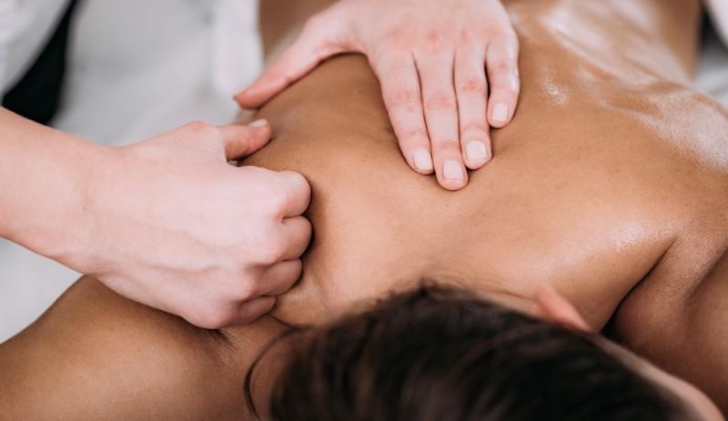 masajul umerilor prin petrisaj
